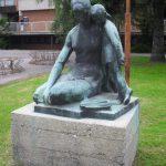 Anya gyermekével (szobor)